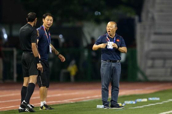 Nhận thẻ vàng, HLV Park Hang Seo vẫn muốn ăn thua với trọng tài ảnh 5