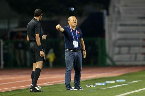 Nhận thẻ vàng, HLV Park Hang Seo vẫn muốn ăn thua với trọng tài ảnh 6