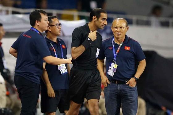 Nhận thẻ vàng, HLV Park Hang Seo vẫn muốn ăn thua với trọng tài ảnh 7