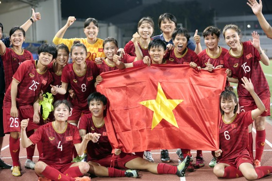 Tuyển nữ Việt Nam ở lại cổ vũ cho U 22 Việt Nam tranh chung kết trước Indonesia. Ảnh: Dũng Phương