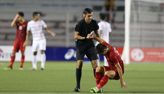 Một pha vào bóng thô bạo của cầu thủ Campuchia buộc Tiến Linh rời sân. Ảnh: Dũng Phương