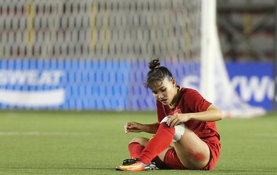 Trung vệ Trần Thị Hồng Nhung kiệt sức sau khi cùng tuyển nữ lên ngôi vô địch ảnh 1