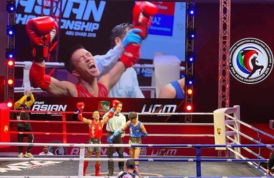 Khoảnh khắc võ sĩ Lê Hoàng Đức đăng quang ngôi vô địch muay Châu Á. Ảnh: Nhật Anh