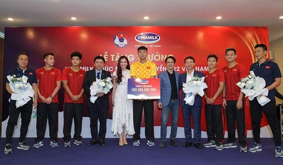   Vinamilk trao thưởng 1 tỉ đồng cho 2 đội tuyển U.22 nam, nữ Việt Nam ảnh 1
