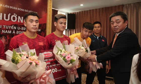 Acecook Việt Nam thưởng  500 triệu đồng cho đội tuyển U 22 Việt Nam. Ảnh: Dũng Phương