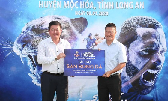 Khánh thành ba sân cỏ nhân tạo tại  Long An, Nam Định và Huế ảnh 1