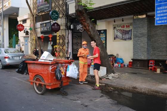 """Xuân Canh Tý:  VĐV chạy phong trào """"lì xì"""" công nhân đang làm việc đầu năm 2020 ảnh 6"""