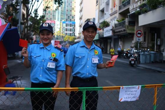 """Xuân Canh Tý:  VĐV chạy phong trào """"lì xì"""" công nhân đang làm việc đầu năm 2020 ảnh 3"""