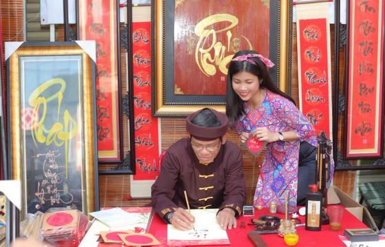 Người đẹp điền kinh Lê Thị Mộng Tuyền thướt tha trong tà áo dài truyền thống du xuân ảnh 7