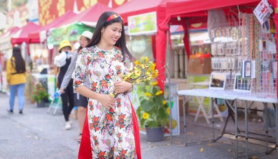 Người đẹp điền kinh Lê Thị Mộng Tuyền thướt tha trong tà áo dài truyền thống du xuân ảnh 2