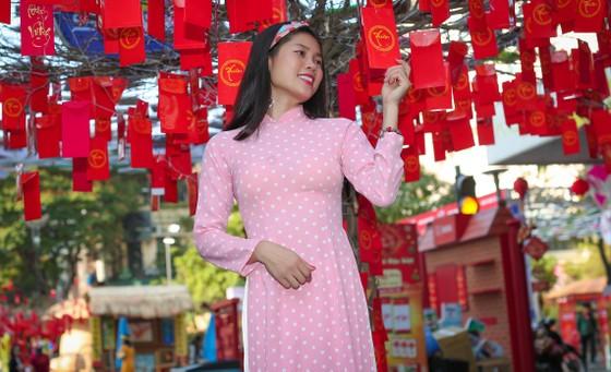 Người đẹp điền kinh Lê Thị Mộng Tuyền thướt tha trong tà áo dài truyền thống du xuân ảnh 4