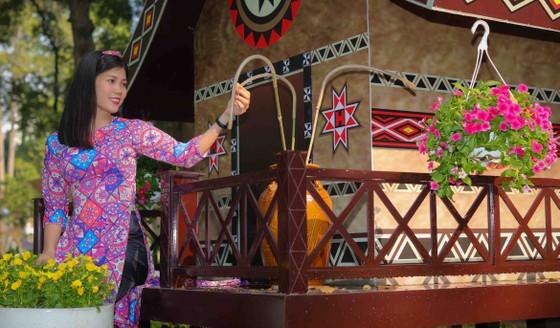 Người đẹp điền kinh Lê Thị Mộng Tuyền thướt tha trong tà áo dài truyền thống du xuân ảnh 9