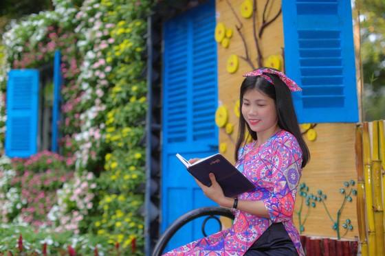 Người đẹp điền kinh Lê Thị Mộng Tuyền thướt tha trong tà áo dài truyền thống du xuân ảnh 15