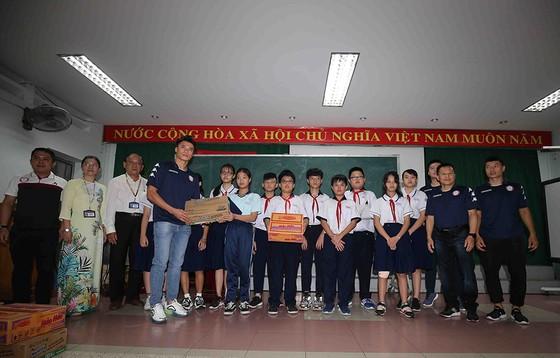 Thủ môn Bùi Tiến Dũng và đội trưởng Văn Thuận sẻ chia  với học sinh gặp tai nạn trường THCS Bạch Đằng  ảnh 1