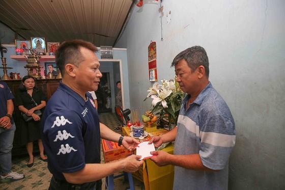 Thủ môn Bùi Tiến Dũng và đội trưởng Văn Thuận sẻ chia  với học sinh gặp tai nạn trường THCS Bạch Đằng  ảnh 9