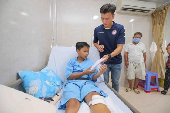 Thủ môn Bùi Tiến Dũng và đội trưởng Văn Thuận sẻ chia  với học sinh gặp tai nạn trường THCS Bạch Đằng  ảnh 8
