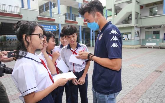 Thủ môn Bùi Tiến Dũng và đội trưởng Văn Thuận sẻ chia  với học sinh gặp tai nạn trường THCS Bạch Đằng  ảnh 5