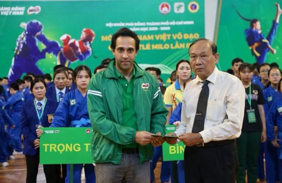 Đại diện BTC giải Vovinam trao quà đại diện trường THCS Bạch Đằng hỗ trợ cho gia đình em Nguyễn Trung Kiên. Ảnh: Dũng Phương