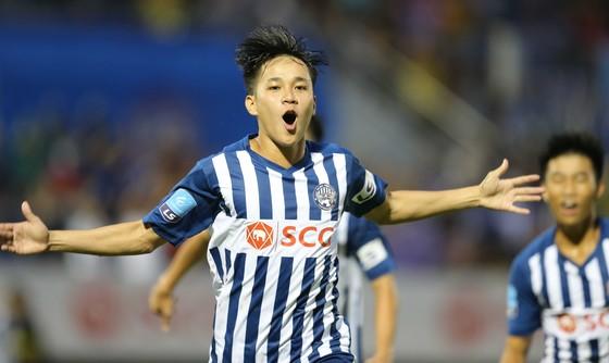 Tiền đạo Lê Minh Bình ăn mừng sau khi ghi bàn thắng mở tỉ số cho Bà Rịa - Vũng Tàu. Ảnh: Dũng Phương