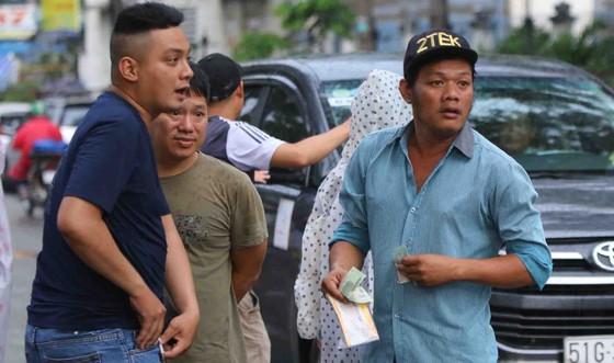 """TPHCM – Hà Nội: Quyết """"săn vé"""" trong trời mưa để xem sao tranh tài   ảnh 6"""