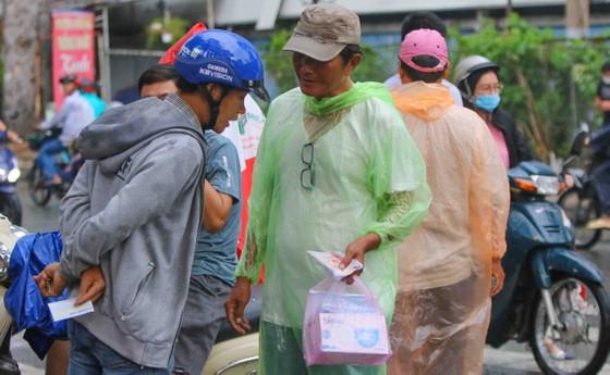 """TPHCM – Hà Nội: Quyết """"săn vé"""" trong trời mưa để xem sao tranh tài   ảnh 7"""