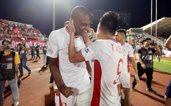 Những khoảnh khắc đẹp của đội bóng Viettel khi nâng cúp vô địch mùa bóng 2020 ảnh 6