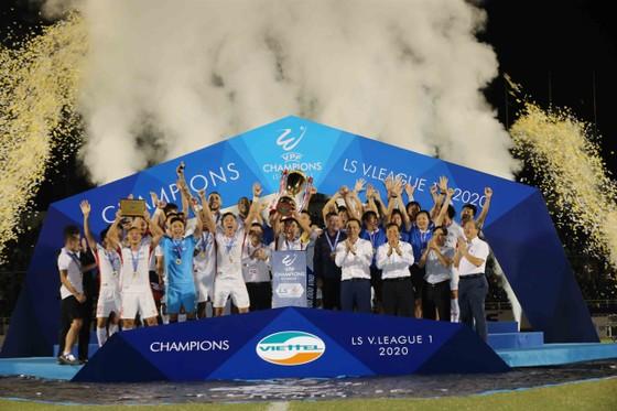 Những khoảnh khắc đẹp của đội bóng Viettel khi nâng cúp vô địch mùa bóng 2020 ảnh 11