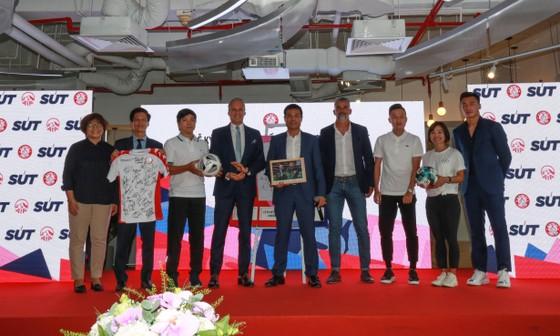 Lãnh đạo CLV TPHCM và Cty AIA trong buổi lễ ký kết. Ảnh: Dũng Phương