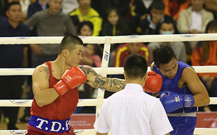 Võ sĩ Trương Đình Hoàng (trái) hạ Bùi Ngọc Phượng chỉ trong vòng 1 phút ở trận chung kết hạng cân 81kg nam. Ảnh: NVCC