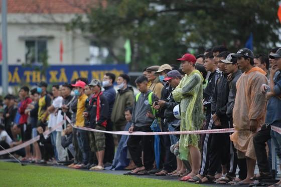 Khán giả Bình Định đội mưa xem đội nhà thi đấu ảnh 4