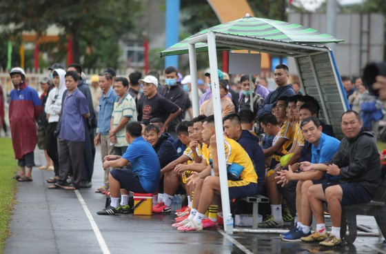 Khán giả Bình Định đội mưa xem đội nhà thi đấu ảnh 5