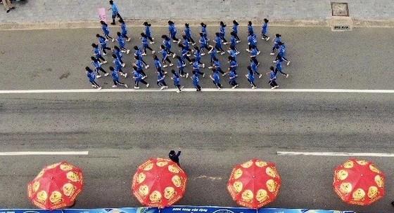 Giải việt dã Chào năm mới Tỉnh Bình Dương: Gần 8.000 người tham dự đường chạy chào mừng năm mới 2021 ảnh 1