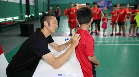 Giải cầu lông Junior Weekly Series 2021: Nguyễn Tiến Minh cùng các tuyển thủ quốc gia giao lưu với tay vợt nhí ảnh 1