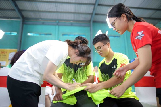 Giải cầu lông Junior Weekly Series 2021: Nguyễn Tiến Minh cùng các tuyển thủ quốc gia giao lưu với tay vợt nhí ảnh 3