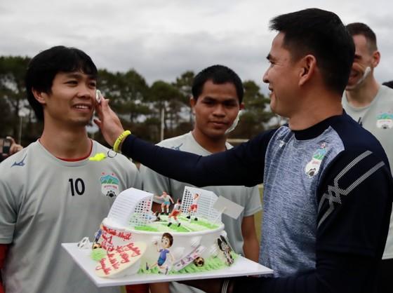 HLV Kiatisak chúc mừng sinh nhật tuổi 26 của Công Phượng. Ảnh: Dũng Phương