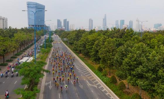 Giải đua xe đạp phong trào TPHCM mừng xuân Tân Sửu 2021 nhìn từ trên cao. Ảnh: Dũng Phương