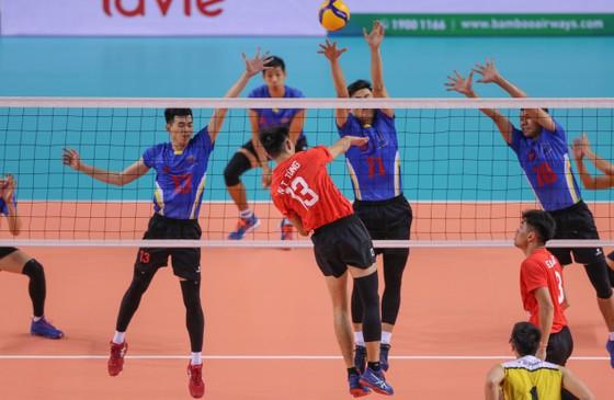Đội Ninh Bình (đỏ) - TPHCM 1-3. Ảnh: DŨNG PHƯƠNG