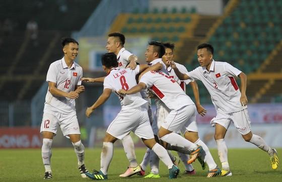 Niềm vui của đội U19 Việt Nam sau bàn gỡ hòa. Ảnh: DŨNG PHƯƠNG