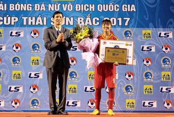 Huỳnh Như với giải thưởng Cầu thủ ghi nhiều bàn thắng tại giải VĐQG 2017. Ảnh: ANH TRẦN