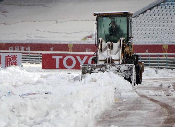 BTC rất vất vả trong việc dọn tuyết trên sân trong những ngày qua. Ảnh: ANH KHOA