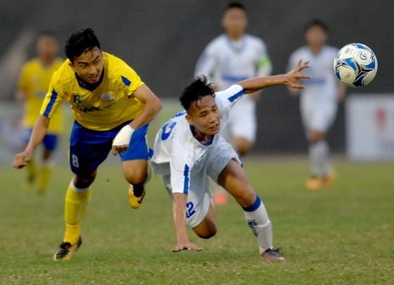 Công Minh (bên trái) tỏa sáng với 2 bàn thắng cho đội Đồng Tháp. Ảnh: NGUYỄN NHÂN