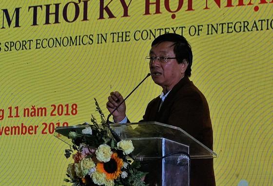 Ông Phạm Ngọc Viễn đọc tham luận tại Hội thảo
