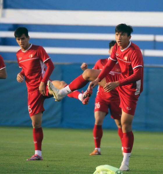 Đội tuyển Việt Nam tập buổi đầu tiên tại Dubai ảnh 2