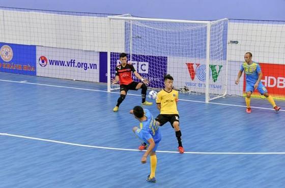 Sana Khánh Hoà (áo xanh) giành chiến thắng 9-0 ở ngày ra quân. Ảnh: ĐOÀN NHẬT