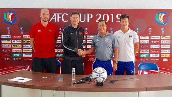 HLV và đại diện cầu thủ hai đội tại buổi họp báo. Ảnh: HOÀNG HÙNG