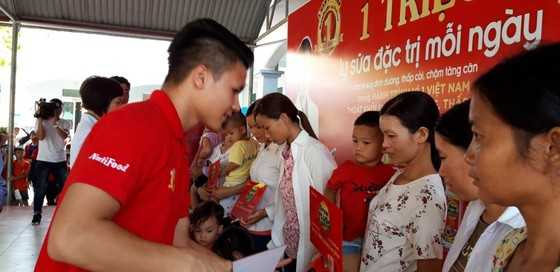 Quang Hải cùng công ty NutiFood có chương trình thật ý nghia tại Phú Thọ. Ảnh: Anh Trần