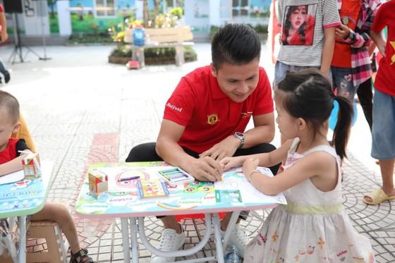 Quang Hải cùng NutiFood tặng quà cho trẻ khó khăn ở Phú Thọ ảnh 2