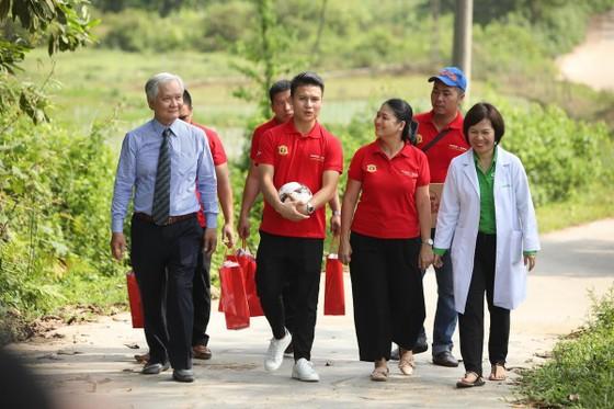 Quang Hải cùng NutiFood tặng quà cho trẻ khó khăn ở Phú Thọ ảnh 3