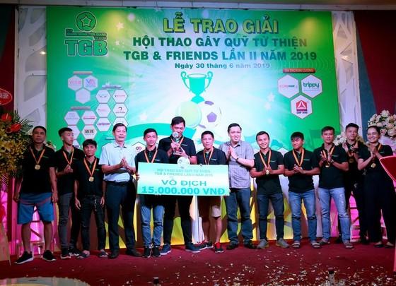 Ban tổ chức trao giải vô địch cho đội VCG-Bankmart ở nội dung bóng đá. Ảnh: Anh Trần