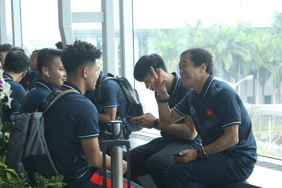 Trợ lý của ông Park cười tươi trước giờ lên đường dự SEA Games 30  ảnh 1